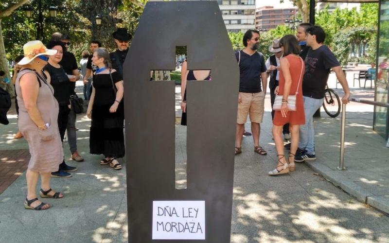 Funeral por la muerte de Doña Ley Mordaza