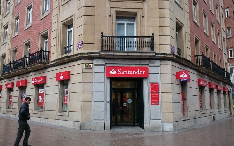 Recogida de firmas en el Banco Santander contra su política de retribuciones