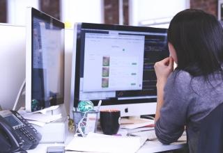 mujer-trabajando-ordenadores
