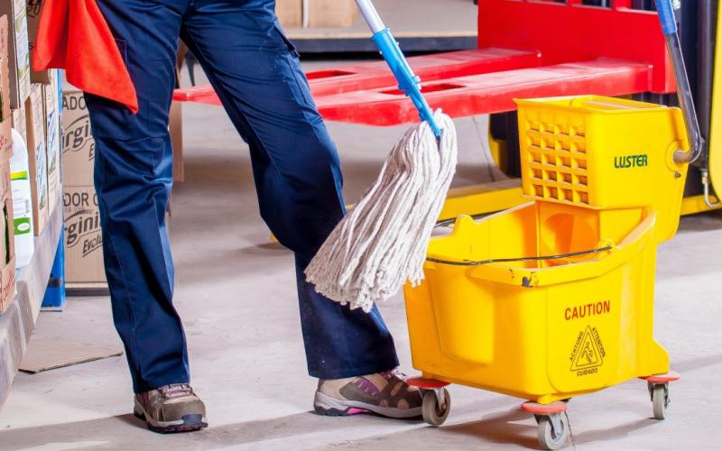 Reconocen el 'codo de tenista' como enfermedad profesional a una trabajadora de la limpieza