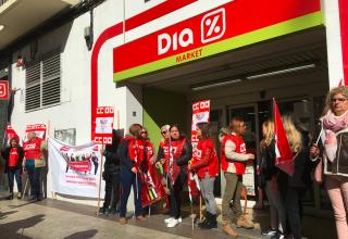 Concentración contra el ERE en los supermercados DIA