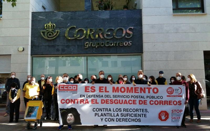 El personal de Correos se concentra y convoca una huelga en defensa del Servicio Postal Público