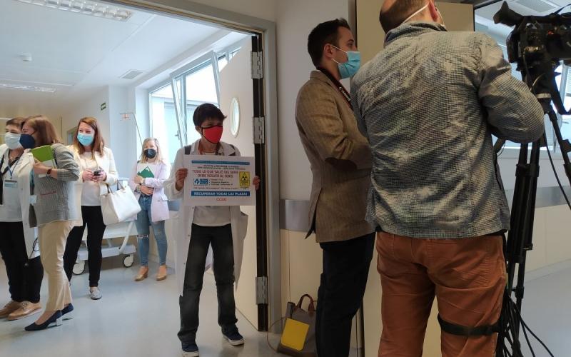 Profesionales del Servicio de Radiología protestan ante la presidenta del Gobierno regional y la consejera de Salud durante su visita al Hospital San Pedro
