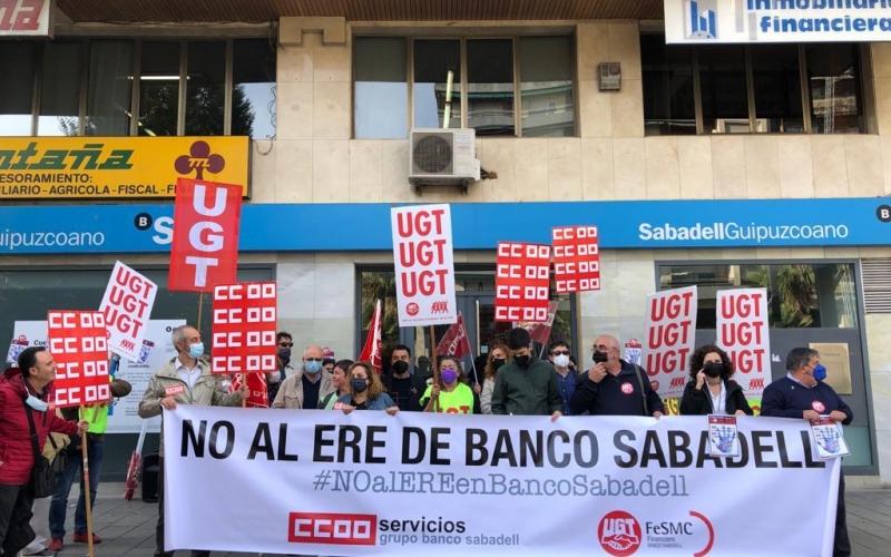"""""""Aquí no sobra nadie"""": la plantilla del Banco Sabadell se moviliza contra el ERE"""
